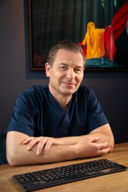 portrait d'un chirurgien dentiste au bureau